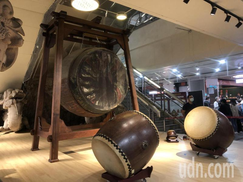 龍山寺內的百年佛鼓揭開神秘面紗,在龍山文創基地展出至4月底。記者鍾維軒/攝影