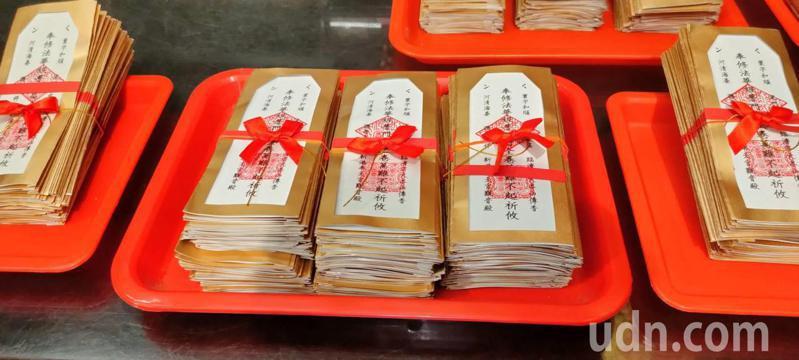 嘉義縣新港奉天宮製作1080函由日本宣紙製作「祈攸符札」符令,分送現場信眾。記者莊祖銘/攝影