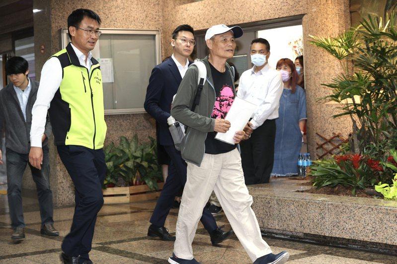 農委會主委陳吉仲(左)與珍愛藻礁公投領銜人潘忠政(右)的「咖啡會」登場,民進黨副秘書長林飛帆(右後)也進了農委會一起喝咖啡。記者林俊良/攝影