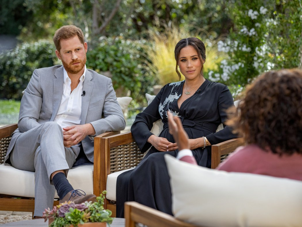 英國王子哈利與妻子梅根接受美國脫口秀節目主持人歐普拉專訪,在英國引起很大爭議。路...