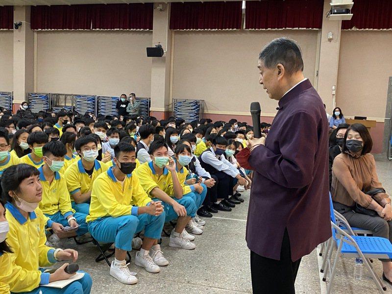 台北市私立薇閣高級中學今邀請文學作家白先勇演講,會後現場更開放同學提問,同學踴躍發言準備許多問題「問不停」。記者潘才鉉/攝影
