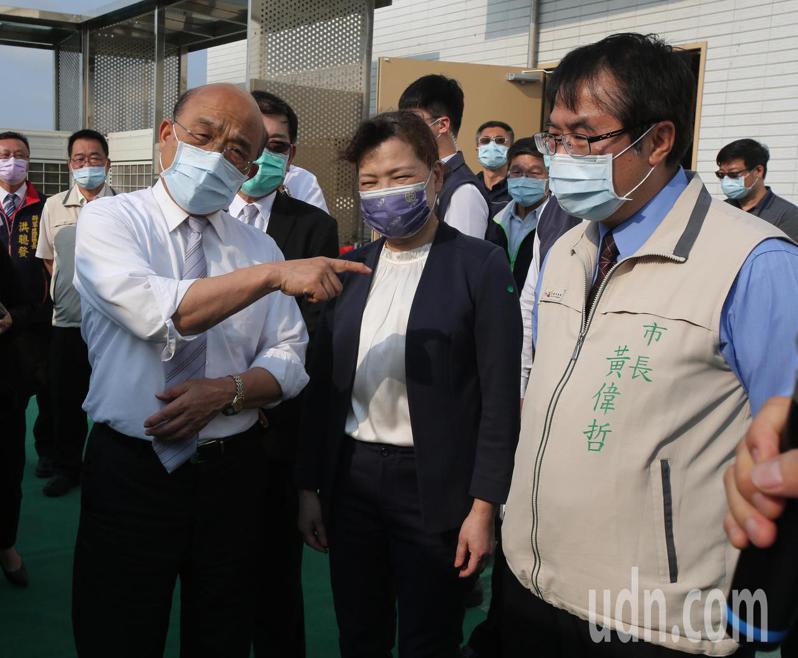 行政院長蘇貞昌(左一)與經濟部長王美花(左二)等人今天下午出席台南鹽田太陽光電場啟用儀式。記者劉學聖/攝影