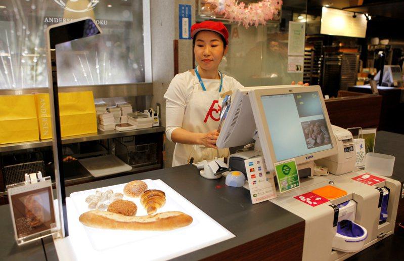 日本麵包店販賣種類多達上百種,「BakeryScan」能幫助店員省下記價格的麻煩,大幅提高結帳效率。路透