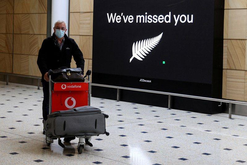 紐西蘭和澳洲的跨塔斯曼旅遊泡泡僅單向開放,紐西蘭人去澳洲不需要隔離,但澳洲人去紐西蘭還是得隔離。圖為一名紐西蘭旅客去年10月16日抵達雪梨機場。路透