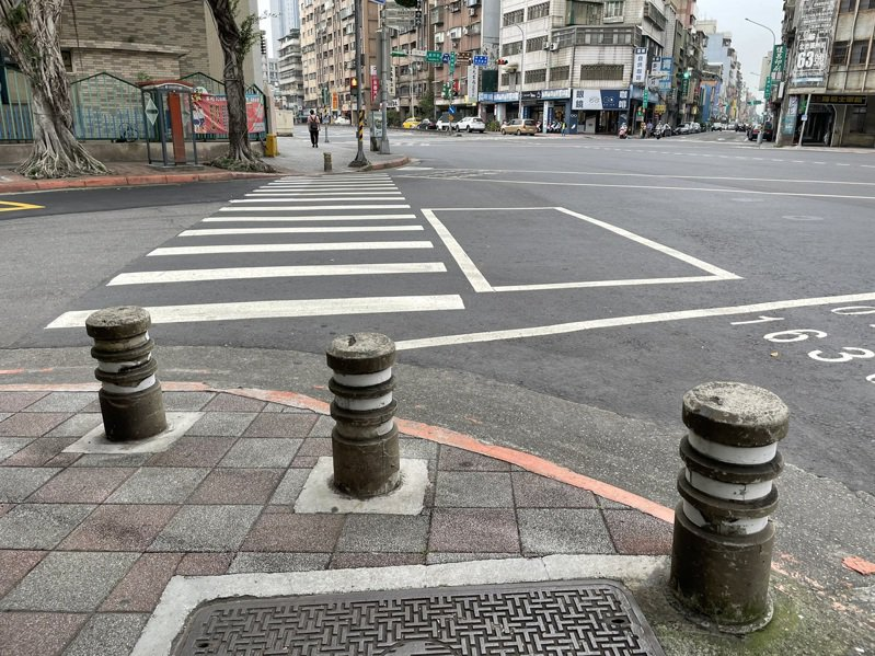 北市人行道仍有超過4000多根車阻,對身障人士而言如同「人行道怪物」。記者楊正海/攝影