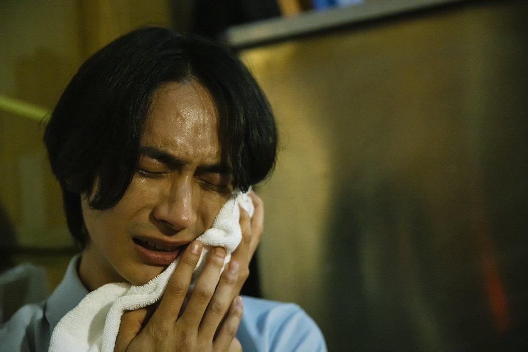黃河演出「愚人遊戲」MV,哭戲入戲到喊cut喚不回。