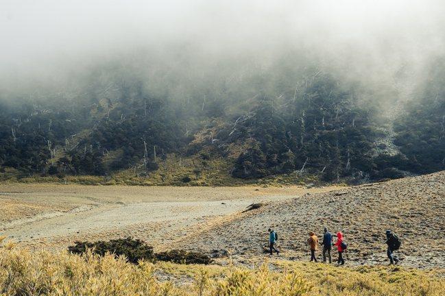 第四集由普魯圖帶著登山新手攀爬南湖大山。圖/公視提供