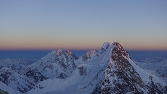 宛如雪白聖殿的8千公尺高峰。圖/呂忠翰攝影、新經典文化提供
