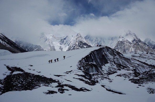 宛如雪白聖殿的8千公尺高峰。圖/陳德政攝影、新經典文化提供