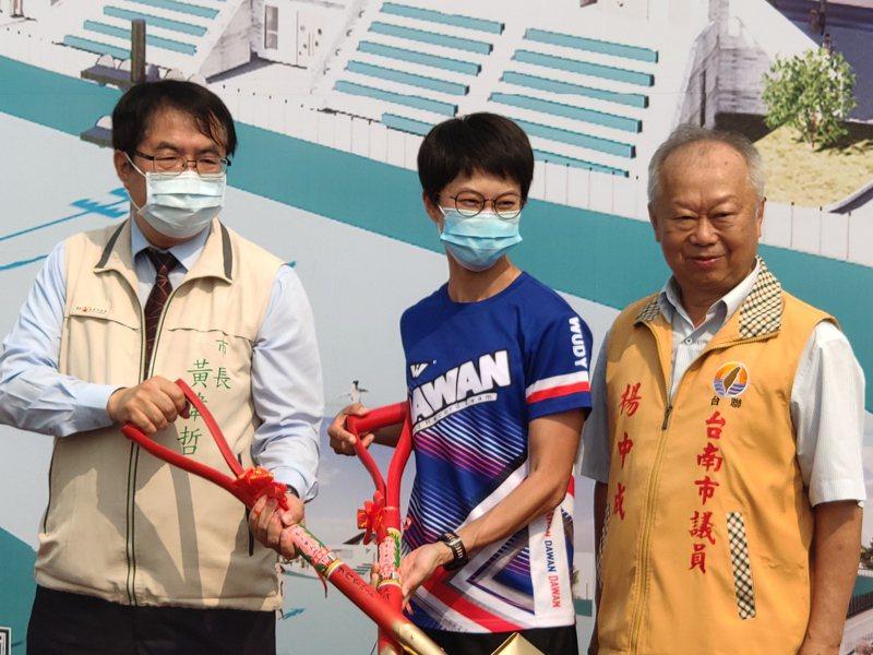 台南市議員楊中成(右)是溜冰國手楊合貞(中)的伯父,昨天和市長黃偉哲(左)一同出席拋物賽道溜冰場動土典禮。記者謝進盛/攝影