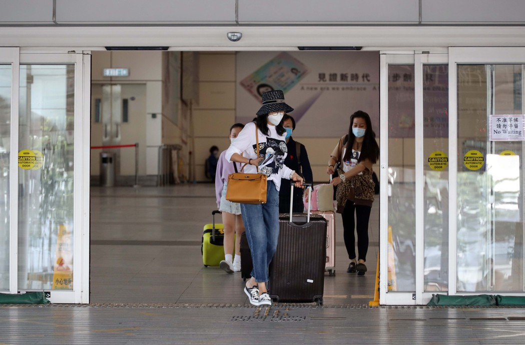 港府宣布,4月1日起統一從中國大陸各地、澳門、台灣抵港人士的病毒檢測的安排。在抵...