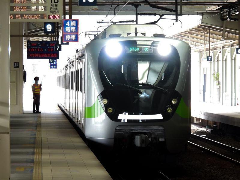 電聯車EMU900型明基隆首航,蔡總統、院長及部長同見證。圖/司機員陳振芳提供