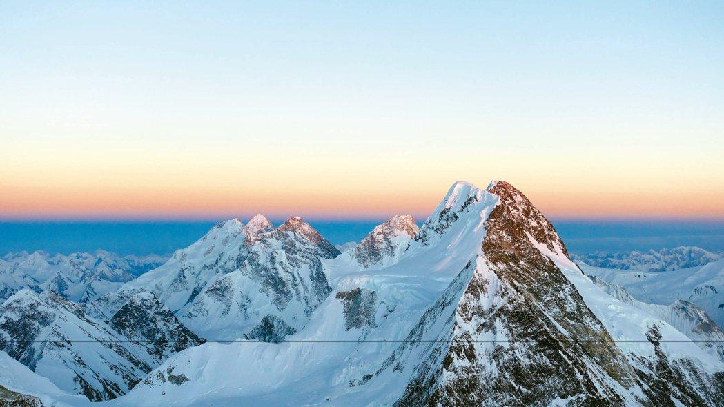 宛如雪白聖殿的8千公尺高峰,荒美純淨卻引人畏懼。 圖/新經典文化提供