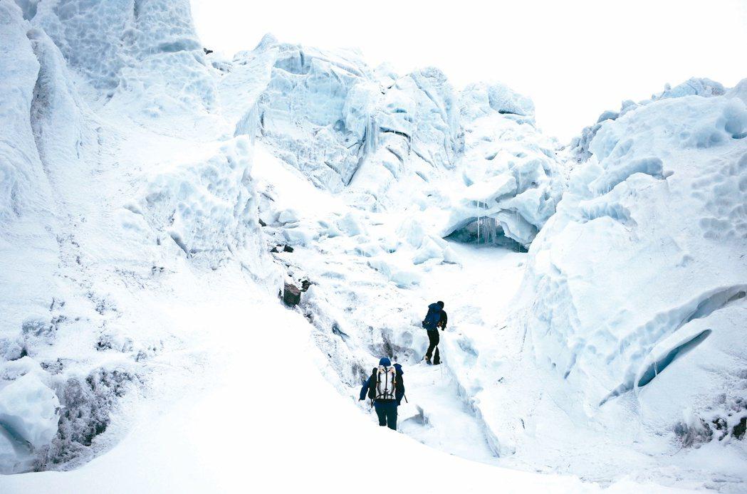 敢於冒險的登山家,渴望前往遼闊荒涼的世界邊緣,鍛鍊心神、實現自我。 圖/新經典文...