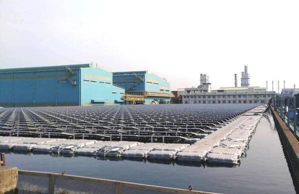 中鋼廠區水面型太陽能光電系統,光電板底下為中鋼公司導入鳳山溪再生水。中鋼/提供
