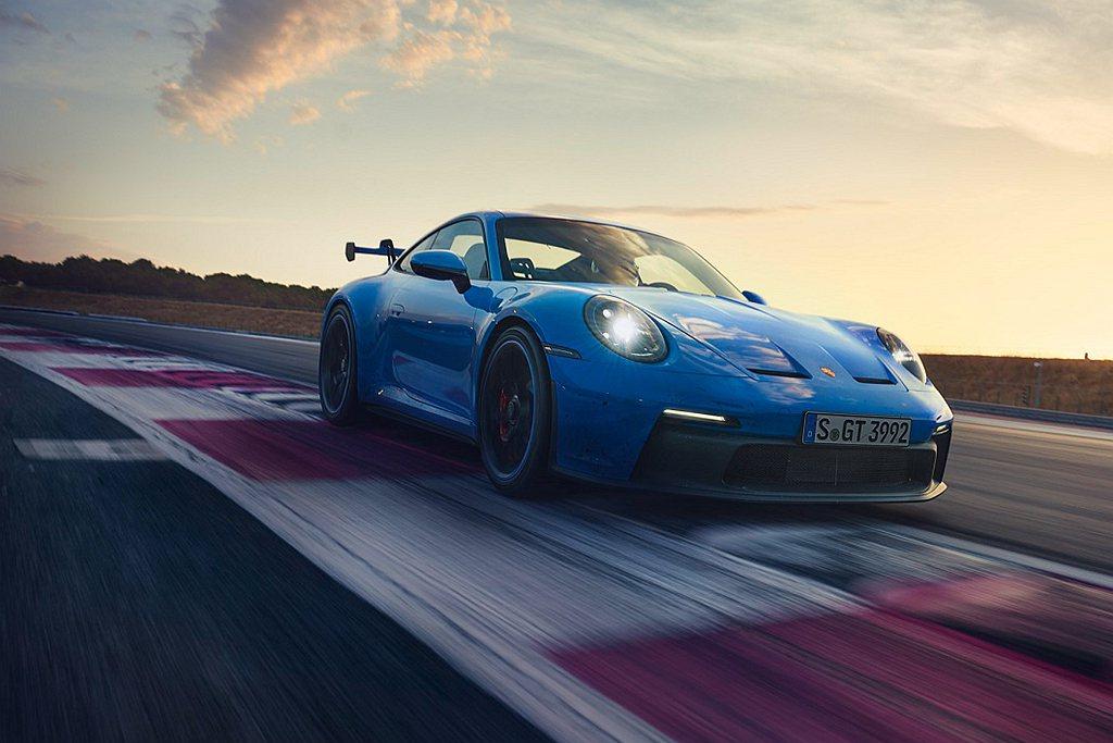 全新保時捷911 GT3車體具備多項輕量化設計,包括以碳纖維強化複合材質 (CF...