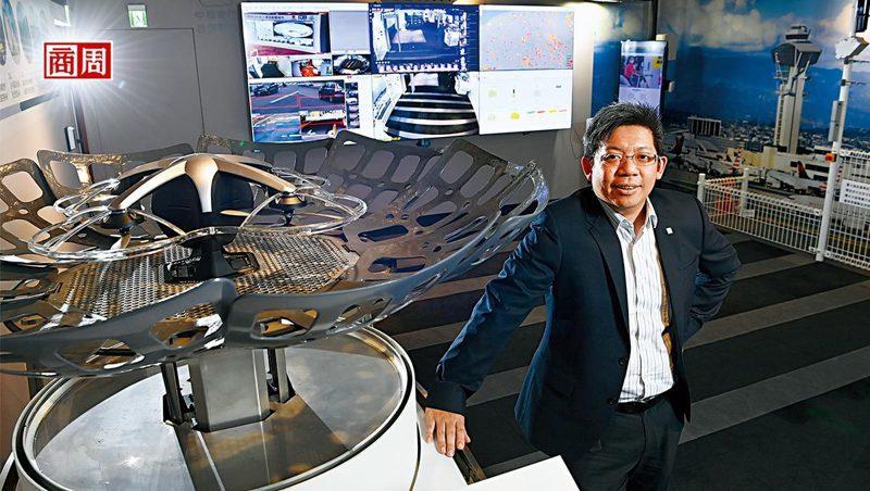 中保科技智慧城展示中心內,林建涵秀出無人機自動起降基地,強調自家戰績是長期練兵的累積。(攝影者.程思迪 )