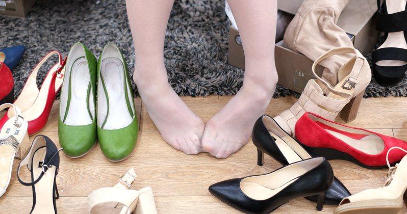 自身現在快樂程度到哪,從鞋子顏色怎麼挑就能看出端倪。圖片來源/ingimage