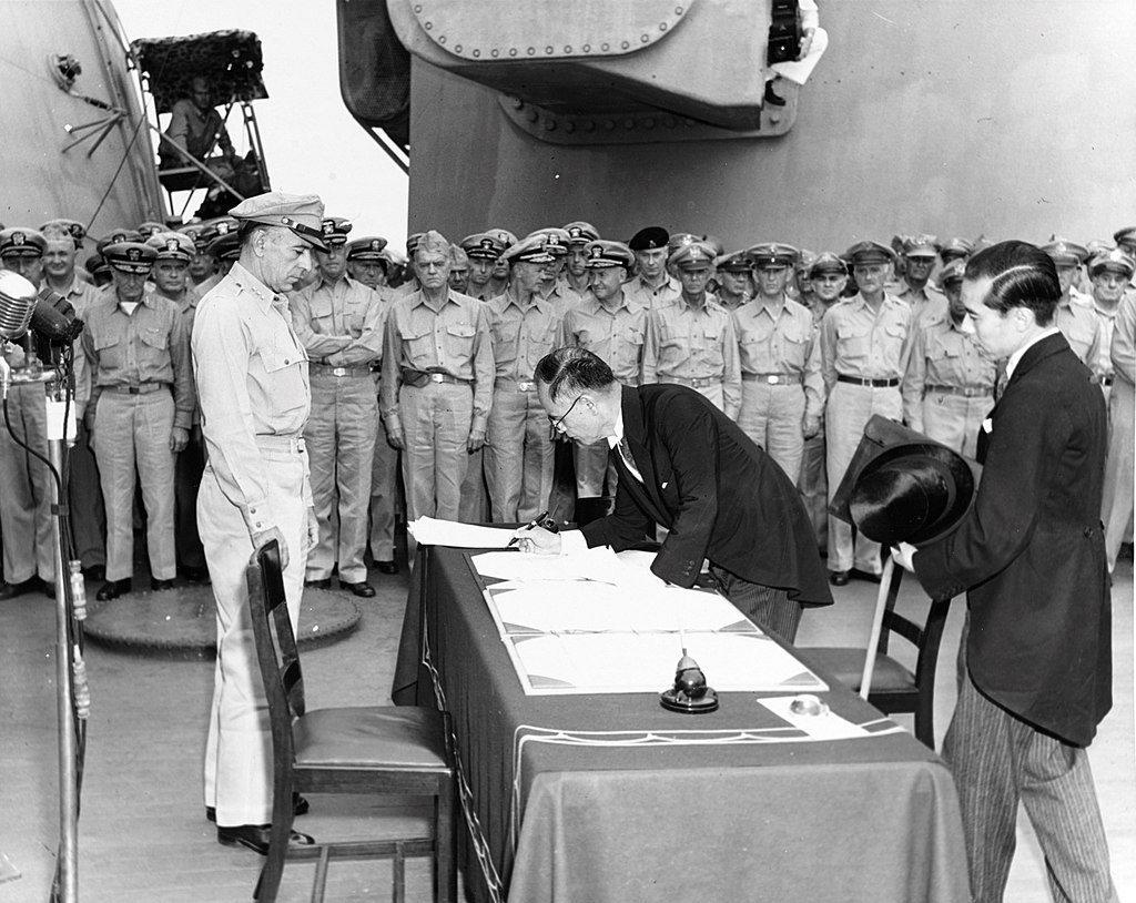 1945年9月2日,於東京灣的美軍密蘇里號戰艦上,日本簽署「降伏文書」。 圖/維...