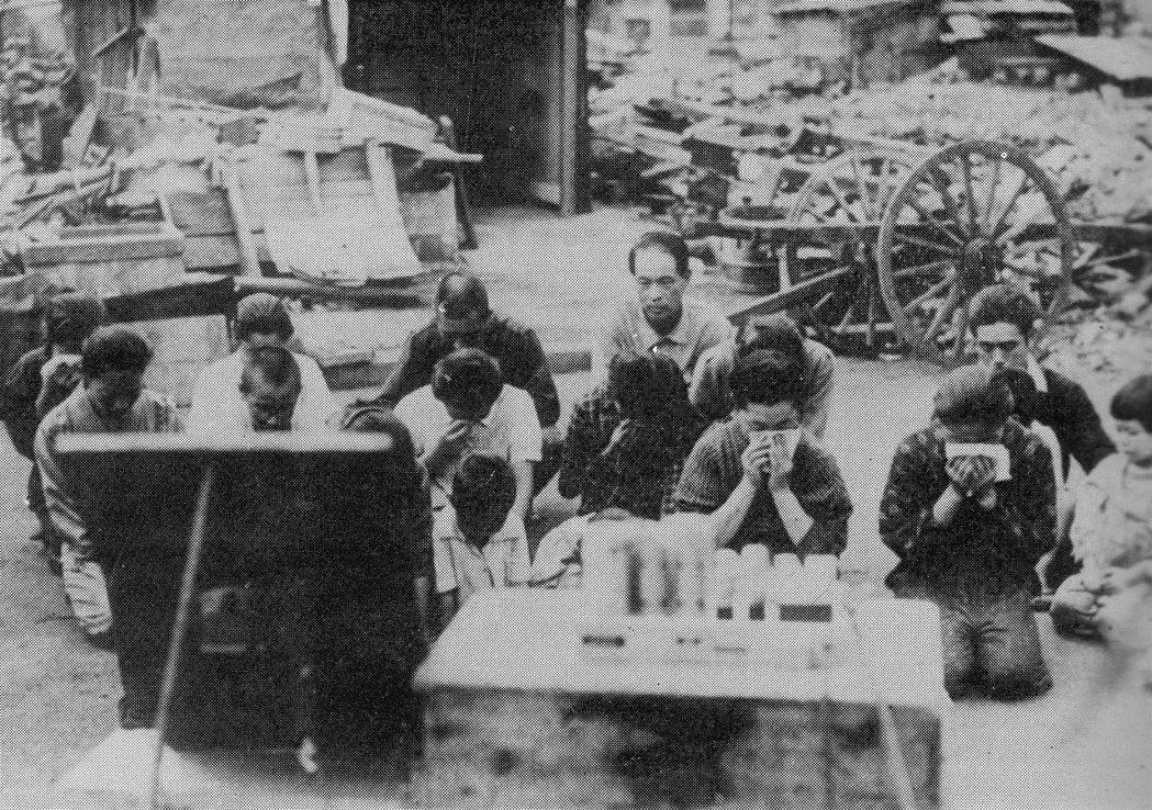 1945年8月15日,日本民眾下跪聆聽天皇的「玉音放送」。 圖/維基共享