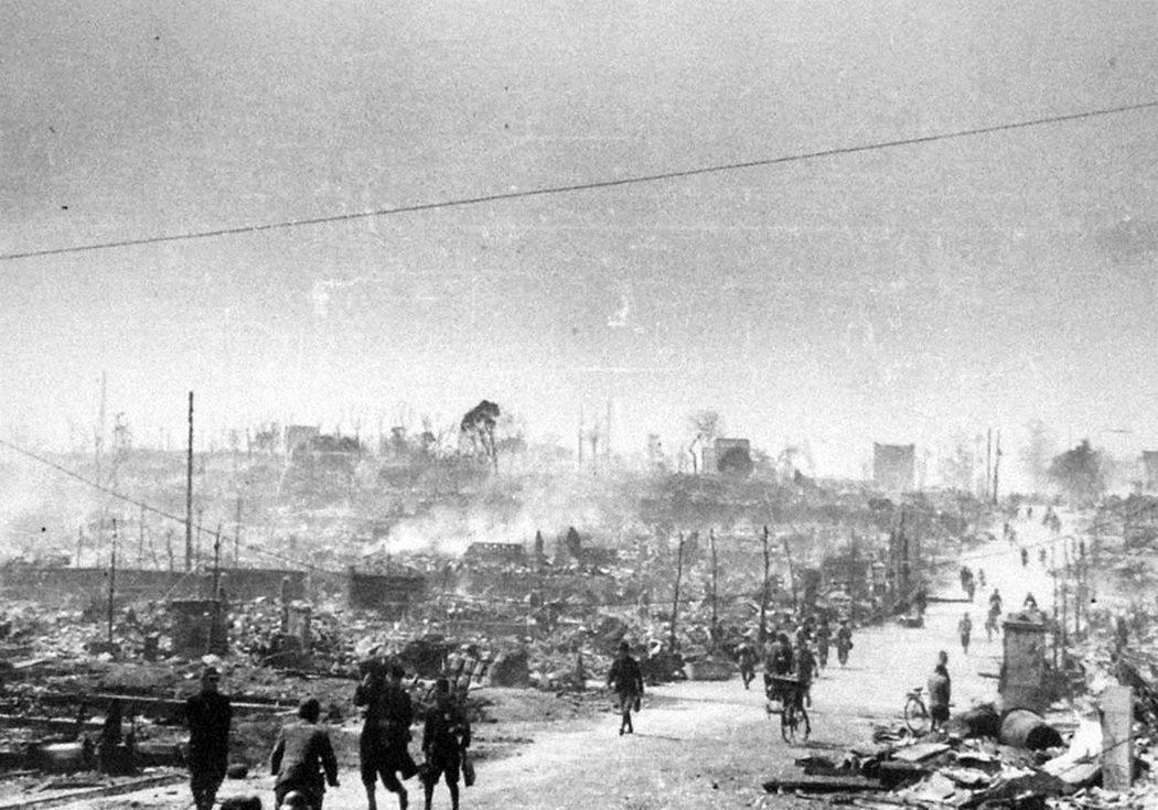 日本打了無謀的太平洋戰爭,然後差點亡國。圖為1945年東京大空襲,滿目瘡痍的東京...