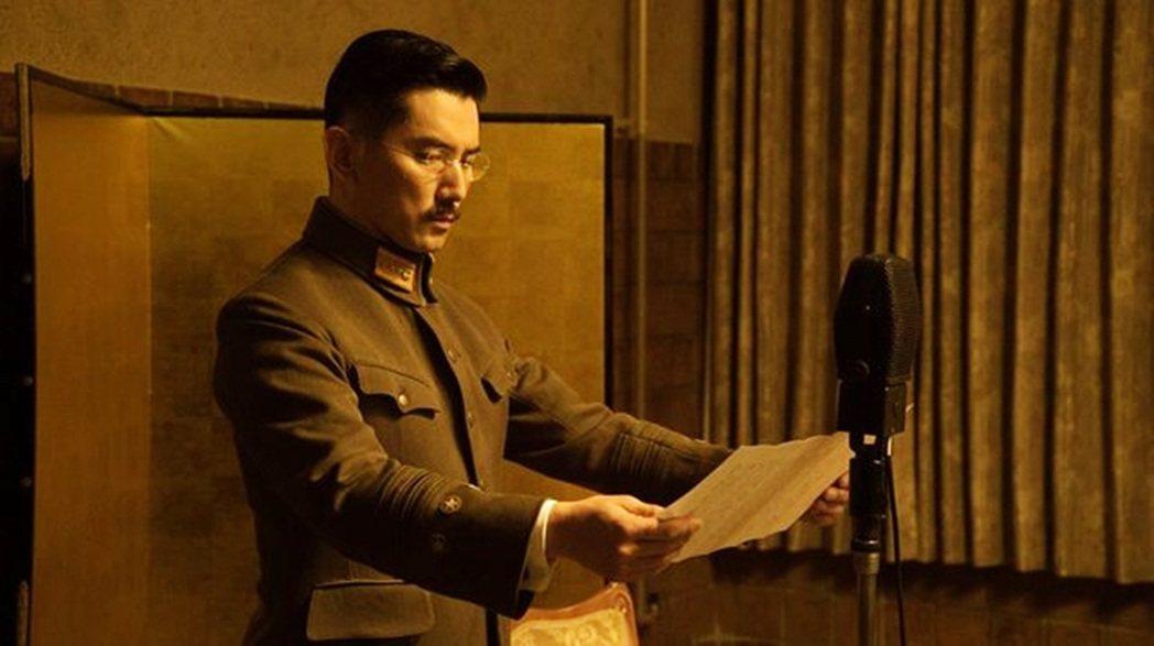 天皇「玉音放送」,宣告接受無條件投降。 圖/《日本最長的一日》2015年電影版...