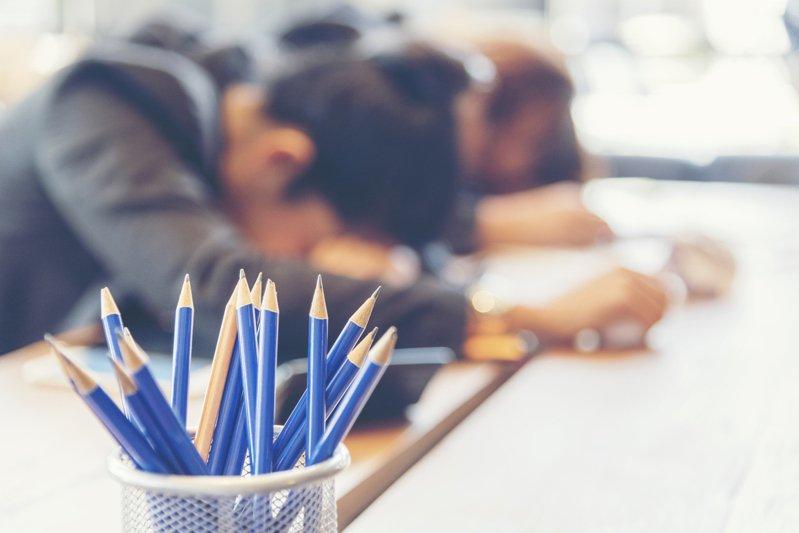 出了社會開始工作後,許多人都會產生「倦怠期」,對工作提不起勁。 示意圖/ingimage