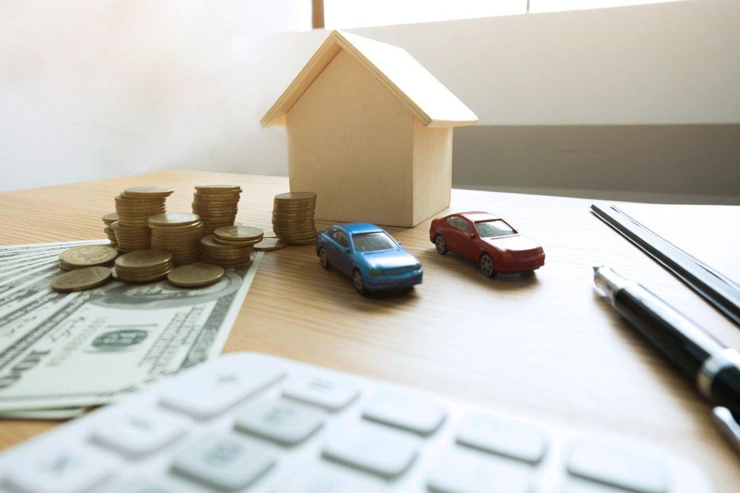 「先買房還是先買車?」不少過來人比較兩者差異後,紛紛透露買房比較重要。示意圖/i...
