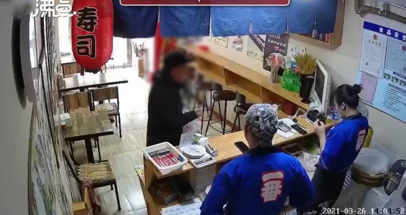 遼寧阜新一名七旬老翁走進當地一間壽司店,詢問店家是否售賣「墓碑」,引發關注。 圖翻攝自沸點視頻