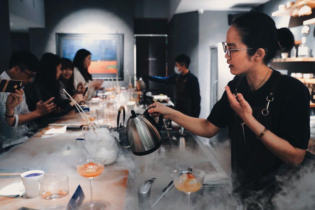 第三套「苦澀孤寂」上桌前,吧台人員會以熱水注入預先放好乾冰的花瓶,瞬間煙霧與香氣...