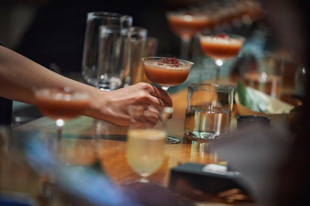 第二套餐點所搭配的調酒同樣著重果香,最後擺上帶有神秘香料風味的番紅花絲點綴,和餐...