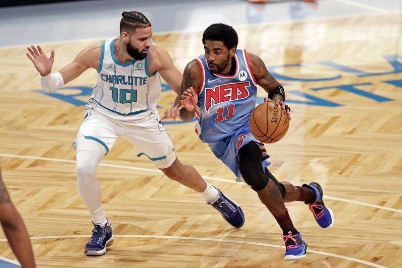 籃網厄文(右)攻下15分11籃板。 美聯社