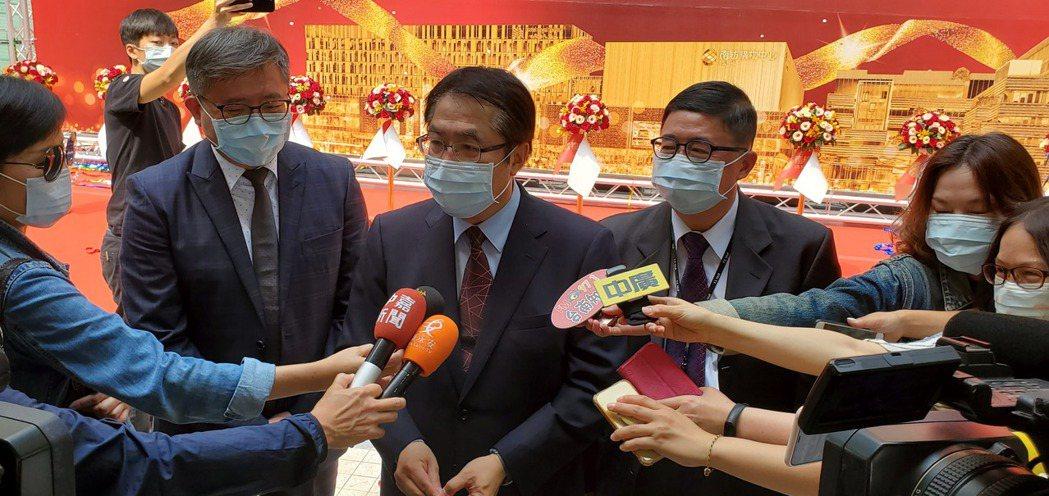 市長黃偉哲(中)接受媒體聯訪時指出,南紡集團有效率的經營外,也看到了台南這座城市...