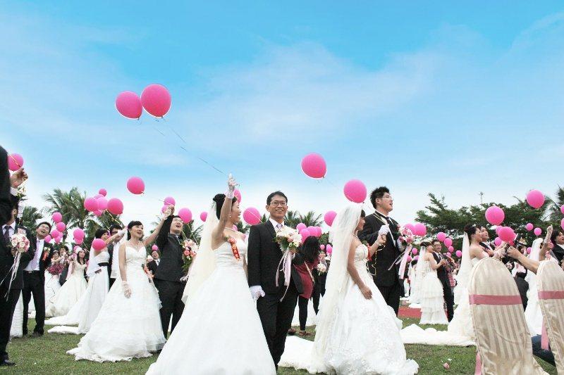 飯店準備彩色造型氣球給每對新人,象徵「飛向幸福」。 業者/提供