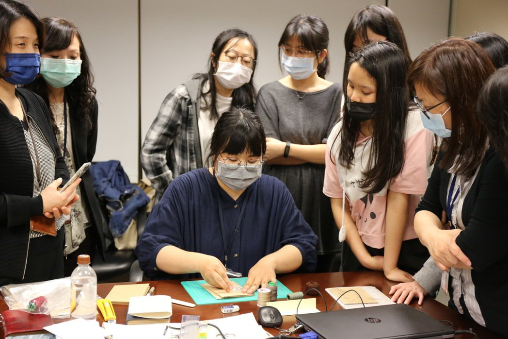 中華開發呈現人才培育成果,古物維護研究所潘同學,指導同仁以縫線裝訂書冊的古老技藝...