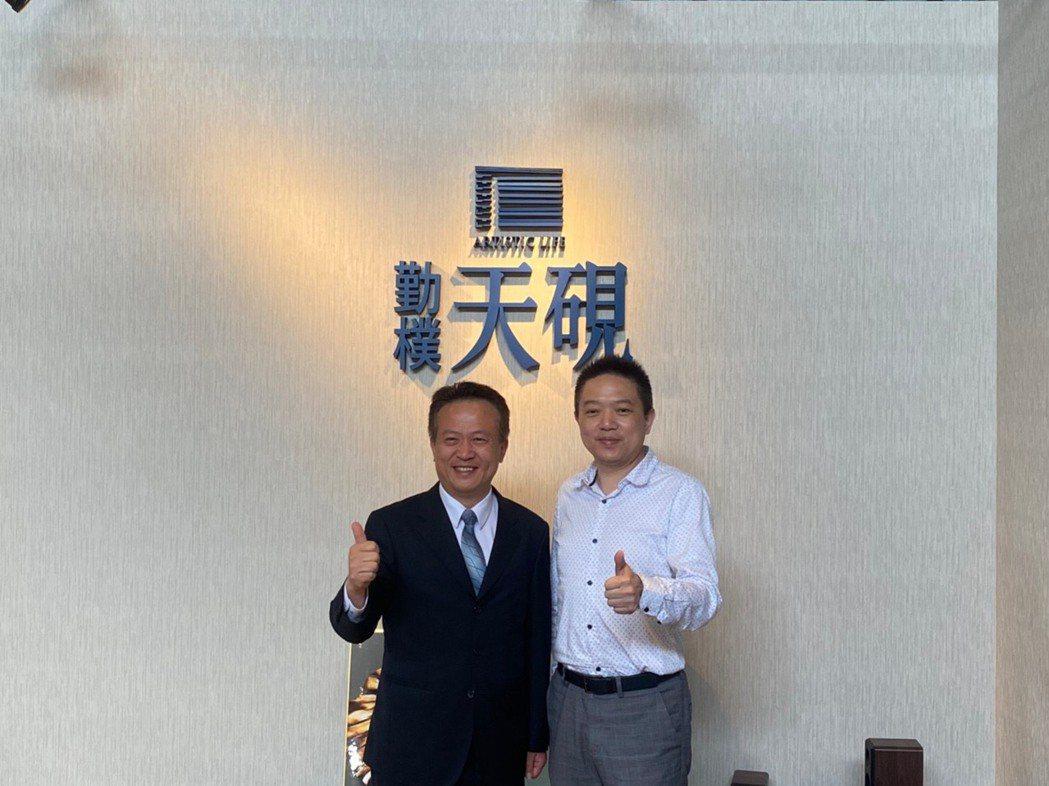 勤樸開發副總經理廖思寧(右)與景天廣告公司總經理曹璟珍,共同合影。 張瑞文/攝影