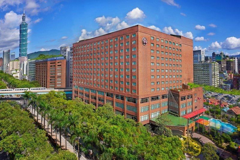 台北福華大飯店位於市區交通方便的地點,仁愛路上更有整排綠蔭。 業者/提供