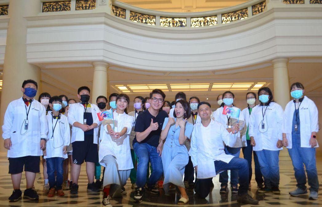大竹國小學童及公視之友兒童會員在奇美館大廳合影。  陳慧明/攝影