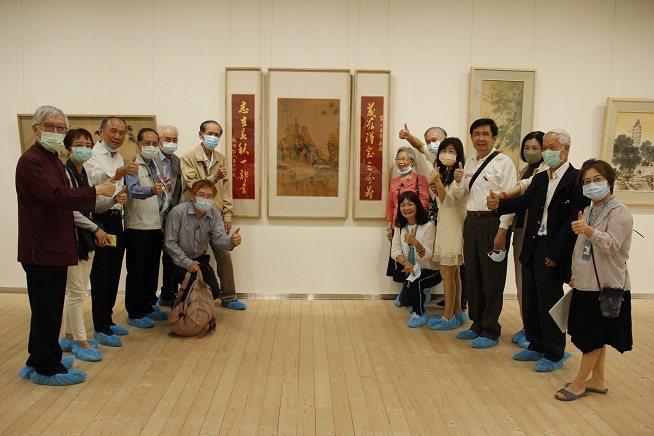 前輩藝術家林玉山親屬與作品〈關公對聯〉合影,此作品對於林玉山親屬具有特殊意義。 ...