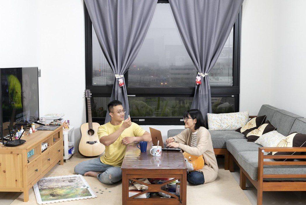 陳伯維和洪暐婷過去租屋空間狹小,沒沙發電視,回家無法真正放鬆。現在他們可以盡情打...