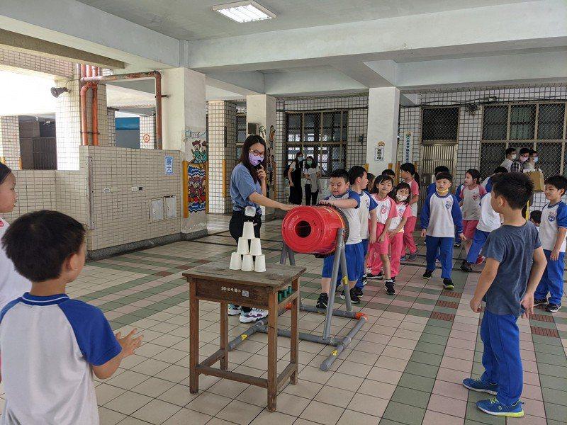 汐止區北峰國小將校園變成遊戲場,小朋友開心的度過兒童節。 圖/觀天下有線電視提供