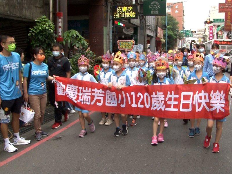 瑞芳國小宣傳5/1的雙甲子校慶活動,全校師生總動員,親手繪製衣服配飾來變妝踩街。 圖/觀天下有線電視提供