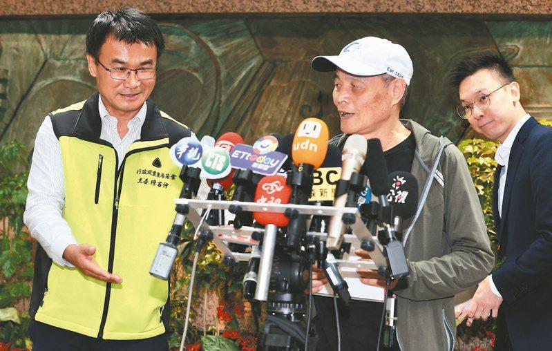 藻礁公投聯盟領銜人潘忠政(中)昨和農委會主委陳吉仲(左)、民進黨副秘書長林飛帆(右)密談兩小時。潘忠政會後表示,公投不會撤案,他也不可能被摸頭。記者林俊良/攝影