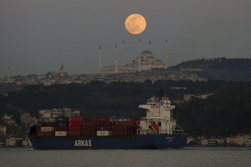 長賜號的擱淺和脫困均因月球引起的潮汐作用,圖為28日在伊斯坦堡上空的超級月亮。美聯社