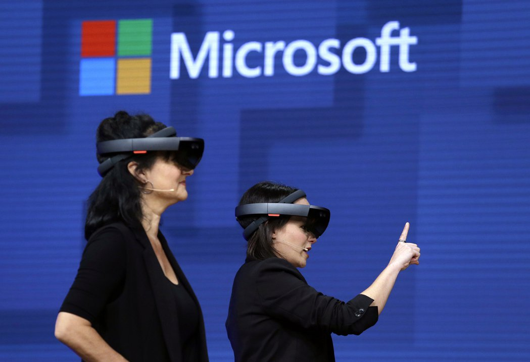 微軟公司拿下美國陸軍供貨合約,將在未來10年提供超過12萬台的擴增實境(AR)頭...