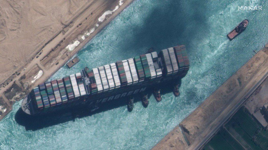 長榮「長賜號」貨櫃輪在蘇伊士運河擱淺近一周後,終於在29日脫困,但後續還得面臨事...