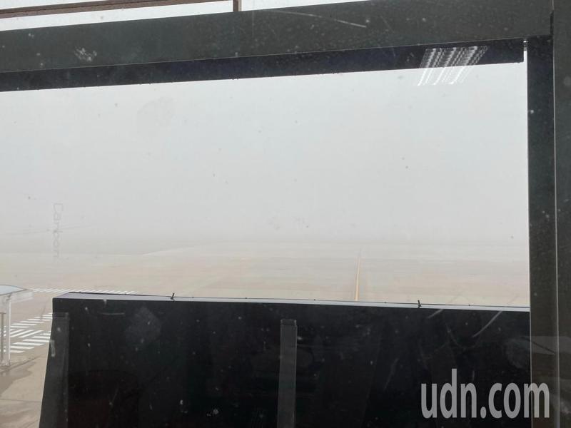 霧鎖金門,金門尚義機場起大霧,從航站的窗戶向外望,幾乎都看不到跑道。記者蔡家蓁/攝影