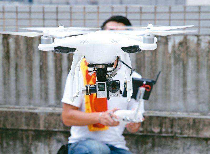 行政院去年11月要求各部會汰換陸製資通訊產品,包括無人機,業務有大量空拍需求的農委會、環保署及交通部成重災區,圖為無人機示意圖。圖/聯合報系資料照片