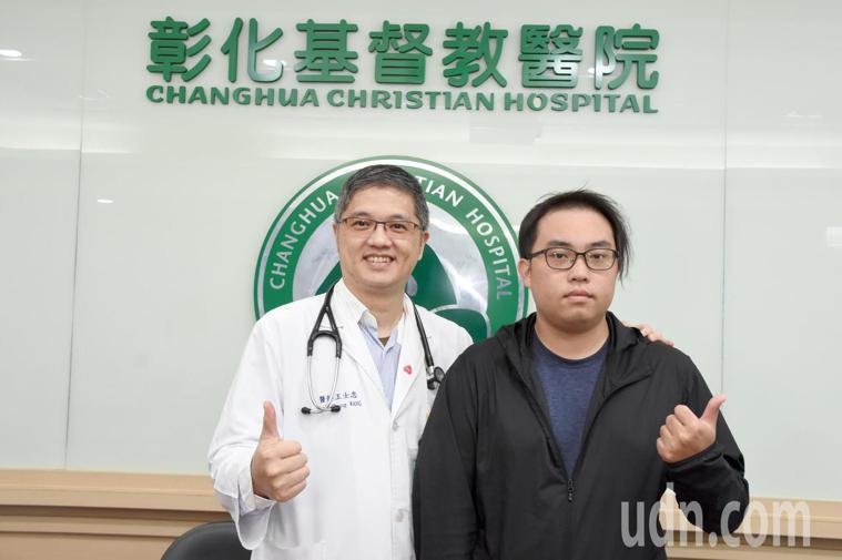 20歲男大生蕭承揚(右)是彰基第一例半合血液幹細胞移植個案。記者林敬家/攝影