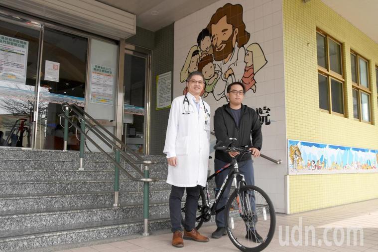 兒童血液腫瘤科主任王士忠(左)現在是蕭承揚的臉書好友。記者林敬家/攝影